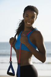 Femme avec équipement à la plage