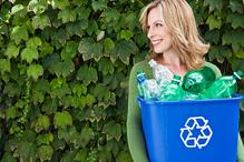 Femme buisson bac bleu logo tri recyclage