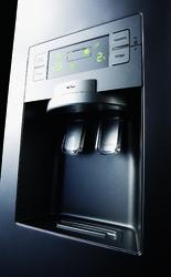 Détail d'un réfrigérateur distributeur de glace et d'eau fraîche