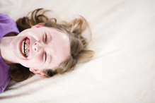 Petite fille souriante avec appareil dentaire