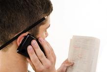 Homme au téléphone regarde les annonces