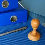 Dossier papiers tampon et stylos sur bureau