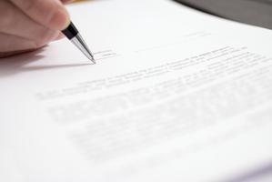 Assurance, internet, téléphone, bail, énergie, compte bancaire, nous sommes liés à de nombreux contrats et abonnements.