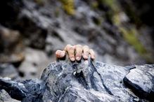 Main agrippe pierres