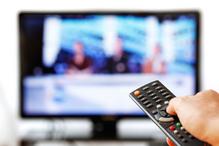 Téléviseur et télécommande au premier plan