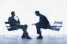 Deux collegues assis flou discussion