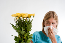 Jeune femme se mouche avec bouquet à la main