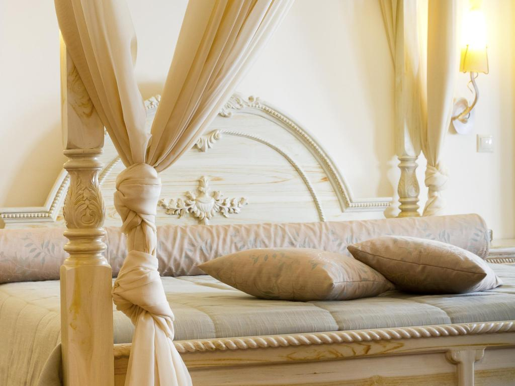 Quelle fixation pour le rideau d\'un lit à baldaquin ?