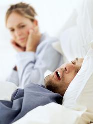 COuple lit homme ronfle femme bouche oreilles