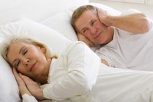 Couple senior femme ronfle