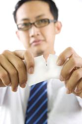 Homme d'affaires lunettes dechire papier