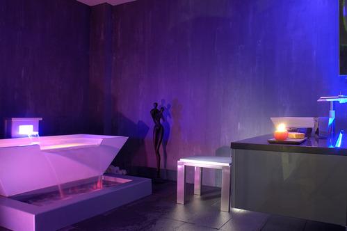 Photo guide de la salle de bain lounge for Baignoire lumineuse