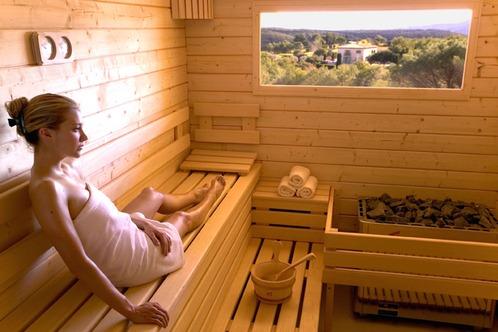 Séance détente dans un sauna massif