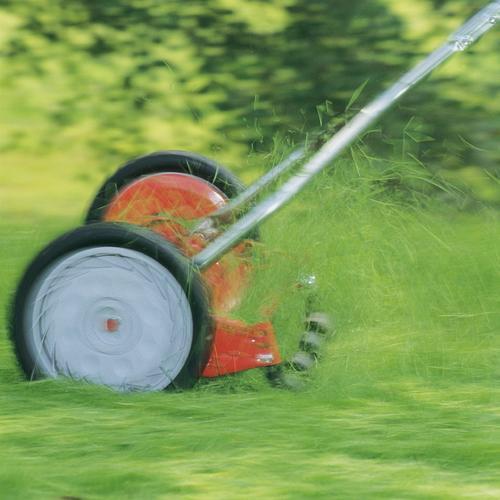 Entretien de sa pelouse au printemps ooreka - Engrais gazon printemps ...