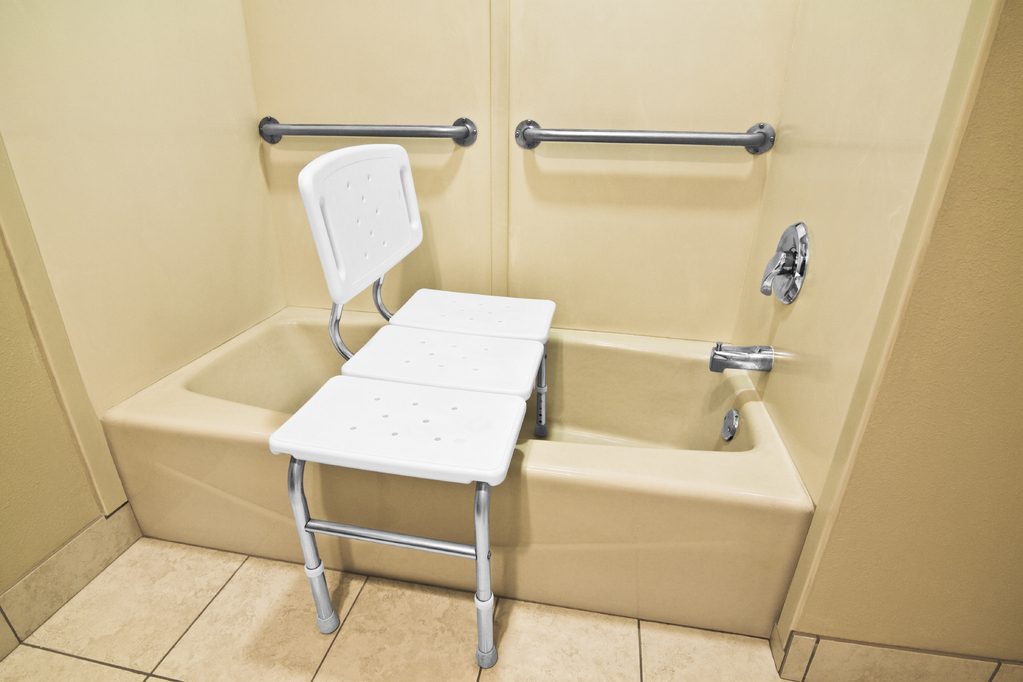 Salle de bain senior : quels accessoires et sanitaires ? - Ooreka