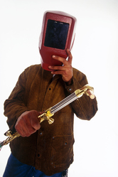 Homme porte masque et tient tuyau en cuivre