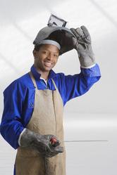 Ouvrier avec masque et électrode
