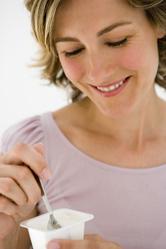 Femme mange yaourt