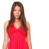 Jeune femme robe rouge triste