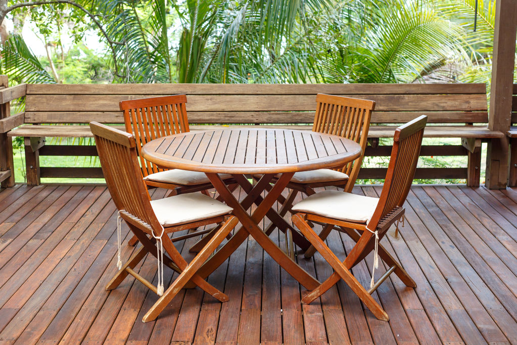 Table d\'extérieur en bois : infos, conseils - Ooreka