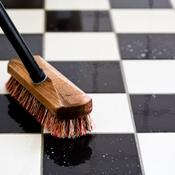 Nettoyer une tache sur du carrelage