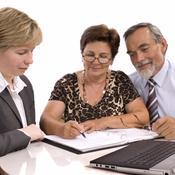 Couple de retraités avec notaire