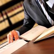 Notaire dans son bureau avec codes