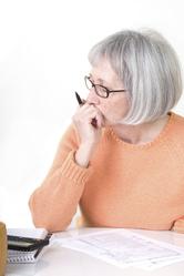 Femme d'âge mûr avec stylo et papiers