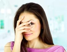 Femme brune timide cache visage