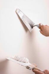 Contrairement aux traitements de masse comme l'injection de résine ou le drainage, les traitements de surface permettent de lutter superficiellement contre l'humidité.