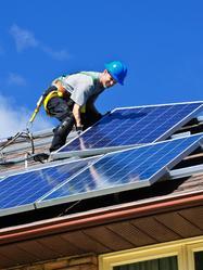 Travaux toiture panneaux solaires ciel bleu
