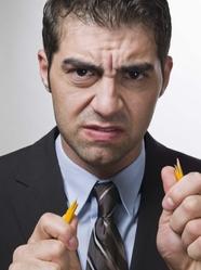 Homme énervé avec crayon cassé en main