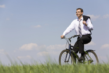 Homme velo campagne herbe costume sourire