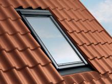 Photographie d'une fenetre de toit ou velux vue de l'extérieur