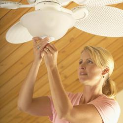 Ventilateur de plafond tout savoir sur le ventilateur for Fixer une tringle au plafond