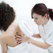 Dermato regarde le dos d'une patiente