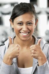Jeune femme souriante pouces en l'air