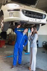 Mecano et cliente inspectent sous voiture