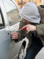 Cambrioleur qui tente d'ouvrir une voiture