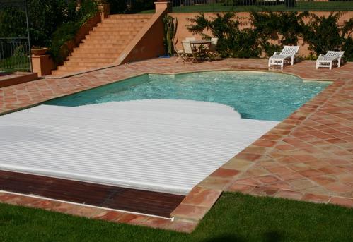 Volet de piscine immerg fonctionnement ooreka for Volet immerge piscine