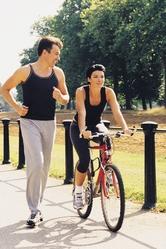 Couple femme velo homme court sentier parc