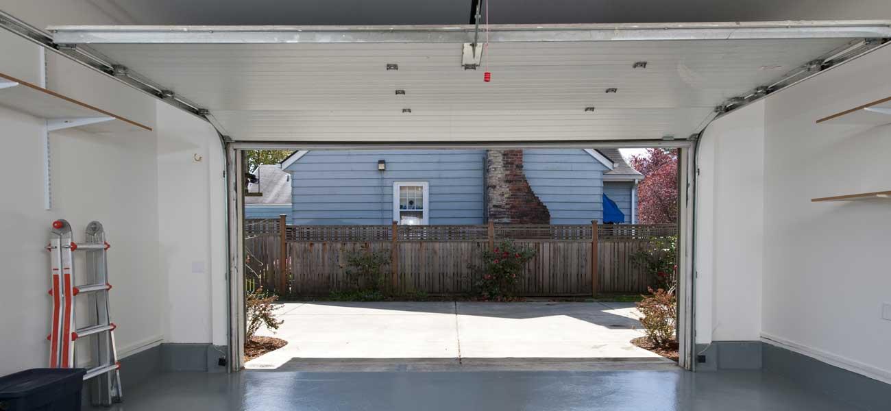 Porte De Garage Basculante Types Installation Prix Ooreka - Porte de garage sectionnelle avec poignée de porte pvc a clé